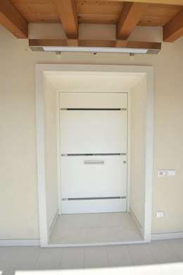 Casa MoDà: Ingresso & Corridoio in stile  di Architetti Baggio
