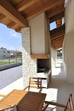 portico, caminetto, barbeque: Terrazza in stile  di Architetti Baggio
