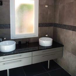 Maison contemporaine: Salle de bains de style  par Atelier JP Bouvee