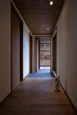 棟高の家: ATELIER Nが手掛けた廊下 & 玄関です。