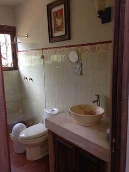 Banheiros rústicos por MVarquitectos