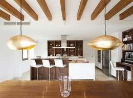 Salas de estar modernas por Bornelo Interior Design