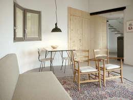 woonkamer vakantiewoning: mediterrane Woonkamer door Studio Groen+Schild