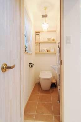 フランスの田舎風しっくいの家: 遊友建築工房が手掛けた浴室です。