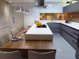 Cocinas de estilo moderno por Marina Turnes Arquitetura & Interiores