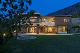 La Casa se integra con el entorno: Casas de estilo clásico por DLPS Arquitectos