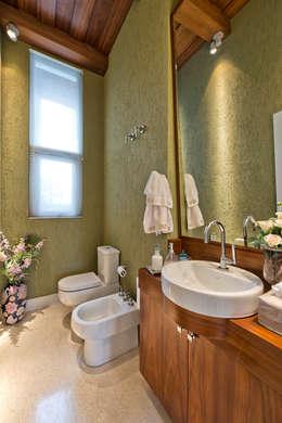 Residência  Vista Alegre  -Curitiba-PR: Banheiros modernos por Karin Brenner Arquitetura e Engenharia