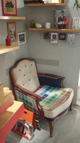 Poltrona: Sala de estar  por Infinitta - arte | design | arquitetura | interiores | vm