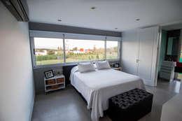 Camera da letto in stile in stile Minimalista di JAMStudio