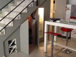 Espacios de guardado: Livings de estilo minimalista por MINBAI