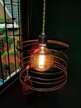 LAMPARA COLGANTE ESTILO INDUSTRIAL VINTAGE: Livings de estilo industrial por Vieja Eddie