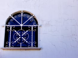 Renovação de Fachadas / Reparação de Fendas: Habitações  por RenoBuild Algarve