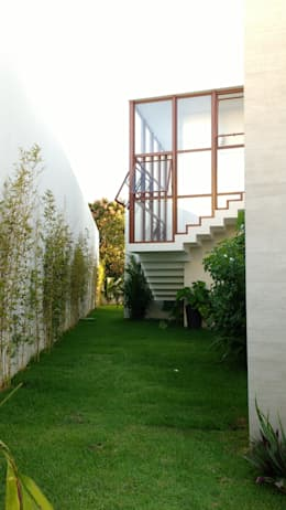 JAEDIM / ESCADA ACESSO PAV SUPERIOR: Casas tropicais por Tânia Póvoa Arquitetura e Decoração