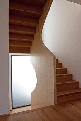 Couloir et hall d'entrée de style  par SIGRUN GERST ARCHITEKTUR