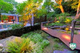 Exclusieve bostuin met waterloop en infinity-pool: moderne Tuin door Van Mierlo Tuinen   Exclusieve Tuinontwerpen