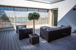 """Hôtel """"The Passage"""" Bâle - Suites exclusives avec terrasses privées: Terrasse de style  par TimberTech"""