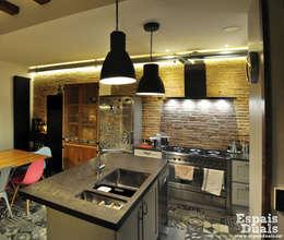 Cocinas de estilo rústico por Espais Duals