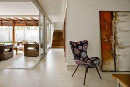 Salas / recibidores de estilo moderno por DG Arquitetura + Design