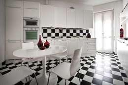 Cocinas de estilo moderno por Raffaella Alessandra Calzoni