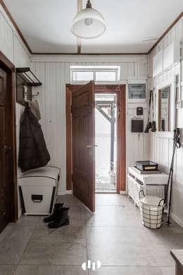 89 metrowy dom k. Warszawy: styl , w kategorii Korytarz, przedpokój zaprojektowany przez dziurdziaprojekt