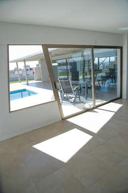 Vista al Patio: Ventanas de estilo  por Poggi Schmit Arquitectura