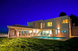 Vista desde Patio 04: Casas de estilo moderno por Poggi Schmit Arquitectura