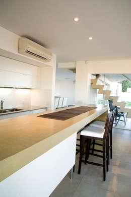 Cocina: Cocinas de estilo moderno por Poggi Schmit Arquitectura
