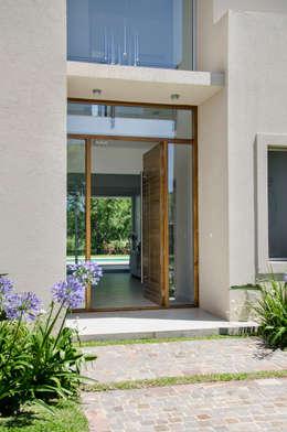 Ventanas de estilo  por Parrado Arquitectura