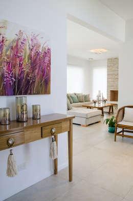 Salas de estilo moderno por Parrado Arquitectura