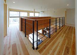 Pasillos y recibidores de estilo  por coil松村一輝建設計事務所