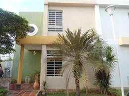 fachada: Casas de estilo clásico por Clinica De Casas