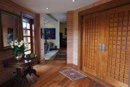 Vivienda Sanquist: Puertas y ventanas de estilo ecléctico por GRUPO CATA