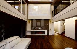 하이실링을 최대한으로 활용한 공간: 코원하우스의  거실