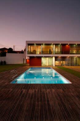 Piletas de estilo moderno por Central Projectos
