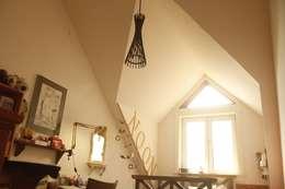 팀버 플레임 하우스 (분홍집): Kim&Kim Studio의  주택