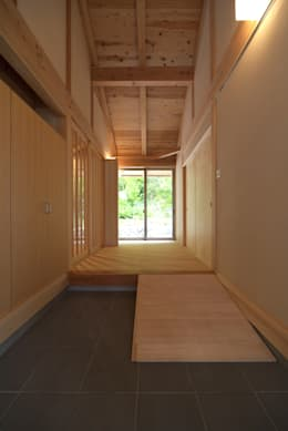 自然ある暮らしを楽しむ家: エニシ建築設計事務所が手掛けた家です。