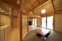 自然ある暮らしを楽しむ家: エニシ建築設計事務所が手掛けたリビングです。