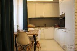 Mieszkanie na Starej Ochocie - kuchnia o zachwycającej prostocie kształtów i kolorów: styl , w kategorii Kuchnia zaprojektowany przez Koncepcja Wnętrz