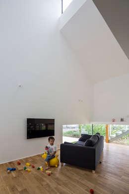 KAWATE: 武藤圭太郎建築設計事務所が手掛けたリビングです。