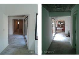 LA CASA DEL BOSQUE: Pasillos y recibidores de estilo  por Family Houses