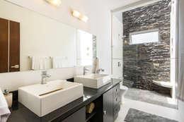 Baños de estilo moderno por J-M arquitectura