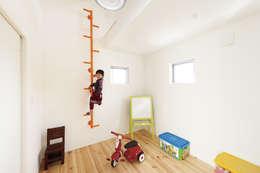 中庭を囲む、家族の好きが詰まった螺旋の家。: 株式会社アートハウス が手掛けた子供部屋です。