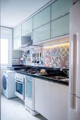 Cocinas de estilo ecléctico por Studio Bene Arquitetura