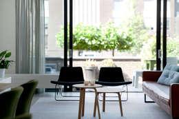 Gerestylde woonkamer in IJburg: moderne Woonkamer door Interieur Design by Nicole & Fleur