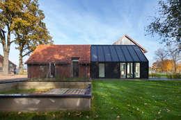 Barn Living: moderne Woonkamer door Bureau Fraai