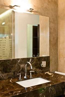 Baños y Toilettes: Baños de estilo moderno por BRAICOVICH