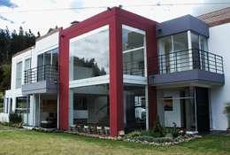 Fachada zona social: Casas de estilo moderno por AV arquitectos
