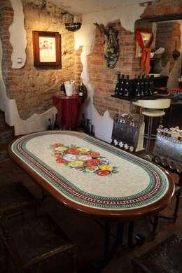 Stół mozaikowy.: styl , w kategorii Ogród zaprojektowany przez Mosaico Arte e Mestieri      - Pracownia mozaiki artystycznej