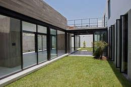 CASA RODEADA: Casas de estilo moderno por 2.8 I NIKOLAS BRICEÑO arquitecto