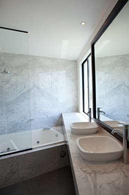 CASA RODEADA: Baños de estilo moderno por 2.8 I NIKOLAS BRICEÑO arquitecto